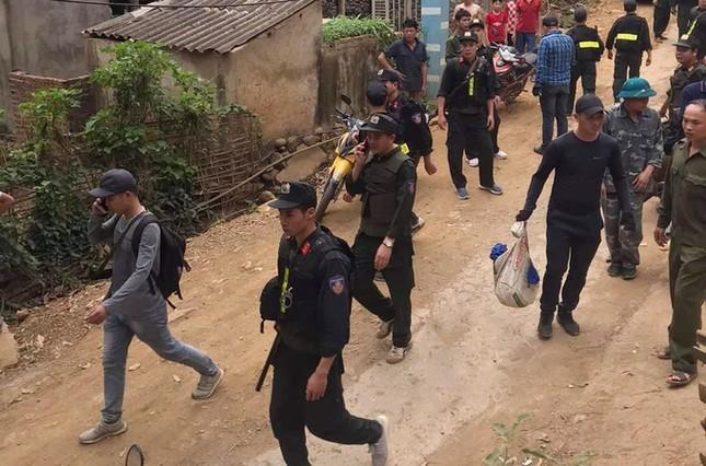 Cận cảnh hàng chục cảnh sát cùng chó nghiệp vụ vây bắt kẻ trộm dùng rìu giết người ảnh 1
