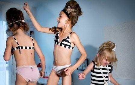 Cửa hàng thời trang để trẻ mặc đồ lót, tạo dáng quảng cáo phản cảm gây phẫn nộ ảnh 2