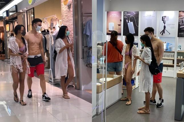 Hai hotgirl mặc bikini cùng người đàn ông bán nude vào trung tâm thương mại ảnh 1