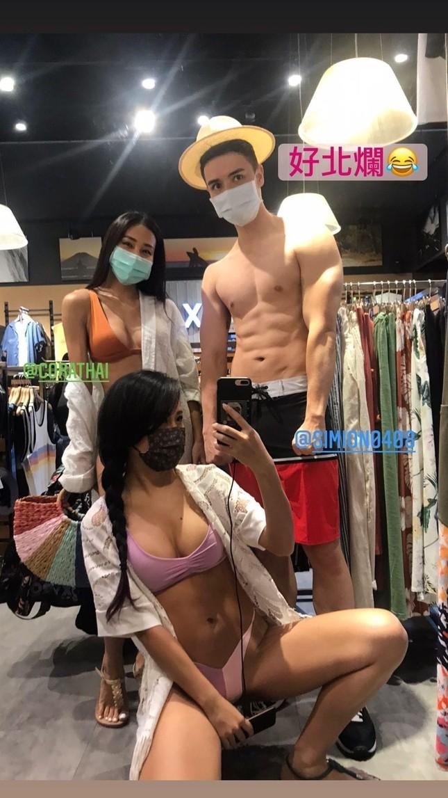 Hai hotgirl mặc bikini cùng người đàn ông bán nude vào trung tâm thương mại ảnh 2