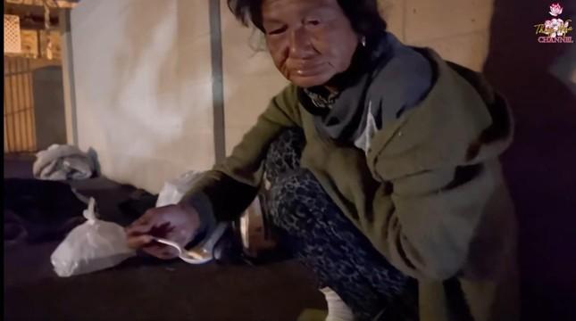 Danh hài Thúy Nga nói về bệnh tình của ca sĩ Kim Ngân lang thang tại Mỹ ảnh 2