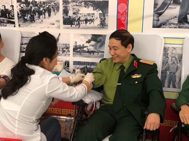 Gần 1.000 cán bộ, chiến sĩ áo lính hiến máu tình nguyện ảnh 1