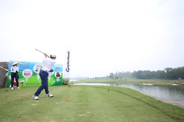 Các golfer phô diễn kỹ năng ở hố số 19 đặc biệt tại Tiền Phong Golf Championship ảnh 6