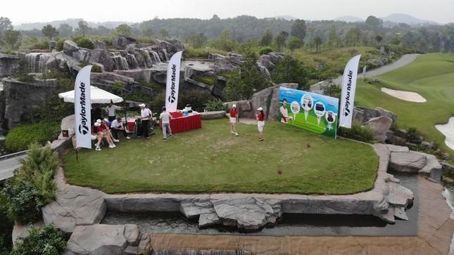 Các golfer phô diễn kỹ năng ở hố số 19 đặc biệt tại Tiền Phong Golf Championship ảnh 2