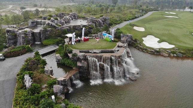 Các golfer phô diễn kỹ năng ở hố số 19 đặc biệt tại Tiền Phong Golf Championship ảnh 1