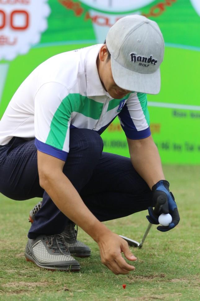 Các golfer phô diễn kỹ năng ở hố số 19 đặc biệt tại Tiền Phong Golf Championship ảnh 3