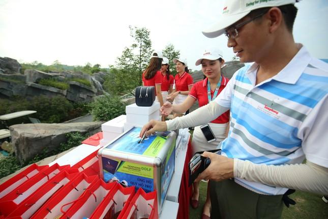 Các golfer phô diễn kỹ năng ở hố số 19 đặc biệt tại Tiền Phong Golf Championship ảnh 4