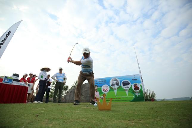 Các golfer phô diễn kỹ năng ở hố số 19 đặc biệt tại Tiền Phong Golf Championship ảnh 7