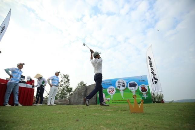Các golfer phô diễn kỹ năng ở hố số 19 đặc biệt tại Tiền Phong Golf Championship ảnh 5