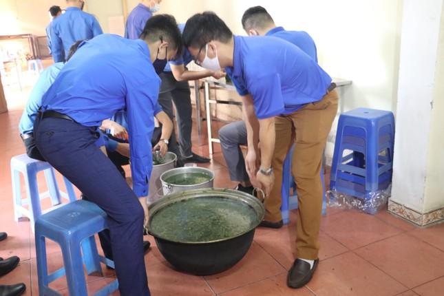 Ấm áp thanh niên tình nguyện chuẩn bị khẩu phần ăn cho người cách ly ảnh 6
