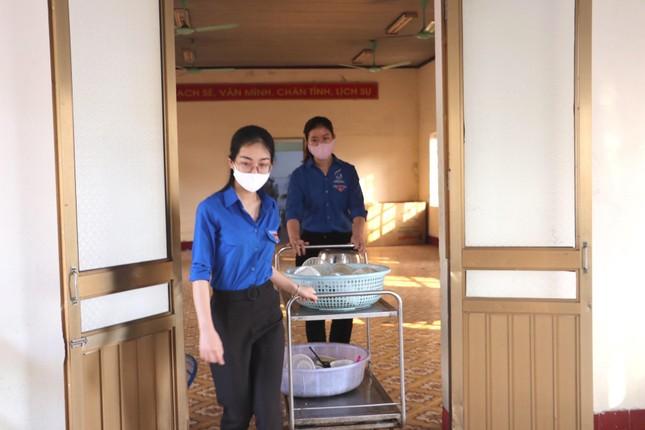 Ấm áp thanh niên tình nguyện chuẩn bị khẩu phần ăn cho người cách ly ảnh 10