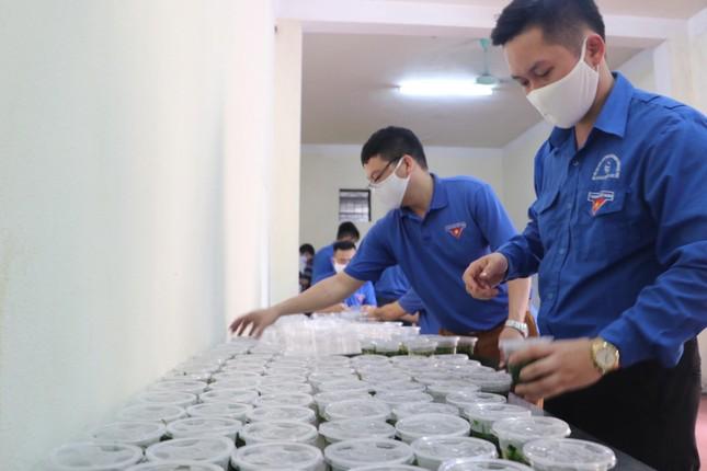 Ấm áp thanh niên tình nguyện chuẩn bị khẩu phần ăn cho người cách ly ảnh 8