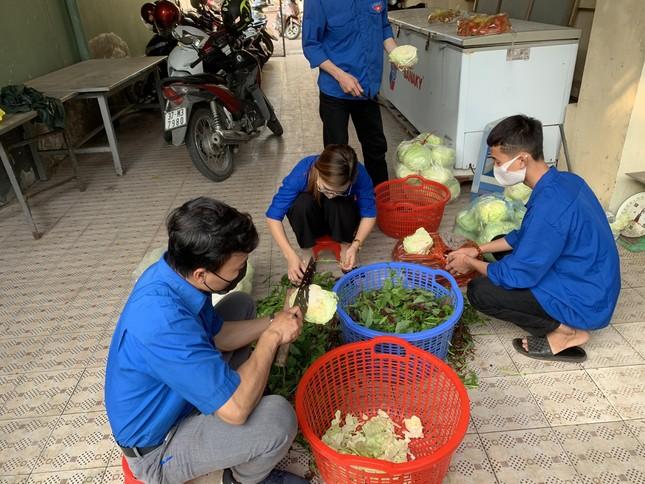 Ấm áp thanh niên tình nguyện chuẩn bị khẩu phần ăn cho người cách ly ảnh 4