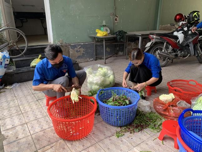 Ấm áp thanh niên tình nguyện chuẩn bị khẩu phần ăn cho người cách ly ảnh 5