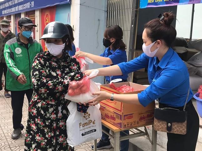 Tuổi trẻ Thủ đô tặng 10.000 quả trứng, trạm rửa tay cho người dân Hạ Lôi ảnh 4