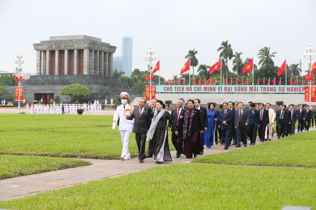 Lãnh đạo Đảng, Nhà nước và các đại biểu Quốc hội vào Lăng viếng Chủ tịch Hồ Chí Minh ảnh 5
