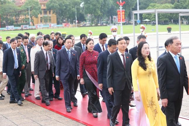 Lãnh đạo Đảng, Nhà nước và các đại biểu Quốc hội vào Lăng viếng Chủ tịch Hồ Chí Minh ảnh 2