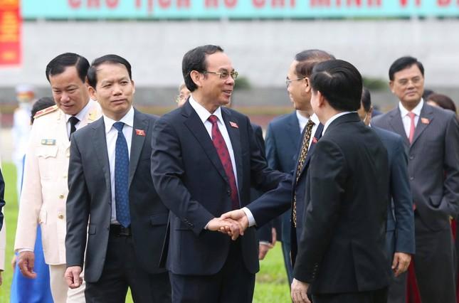 Lãnh đạo Đảng, Nhà nước và các đại biểu Quốc hội vào Lăng viếng Chủ tịch Hồ Chí Minh ảnh 6