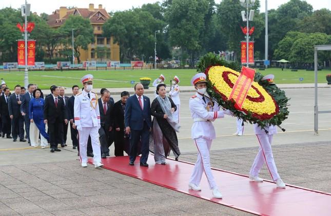Lãnh đạo Đảng, Nhà nước và các đại biểu Quốc hội vào Lăng viếng Chủ tịch Hồ Chí Minh ảnh 1