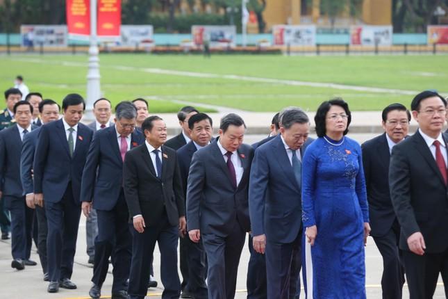 Lãnh đạo Đảng, Nhà nước và các đại biểu Quốc hội vào Lăng viếng Chủ tịch Hồ Chí Minh ảnh 3