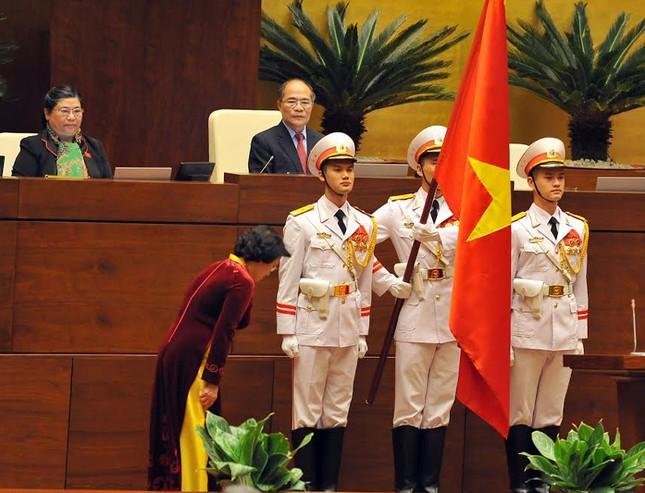 Lời tuyên thệ 'dưới cờ đỏ sao vàng thiêng liêng của Tổ quốc' ảnh 1