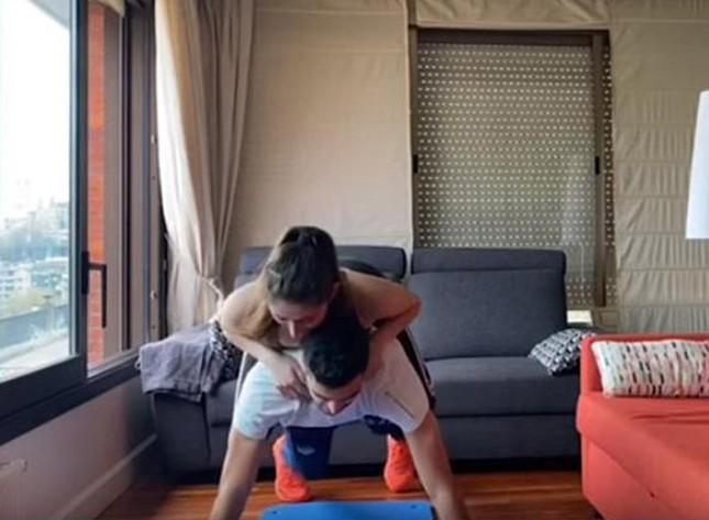 Ngôi sao Tây Ban Nha 'dùng' bạn gái nóng bỏng để tập... thể lực ảnh 1