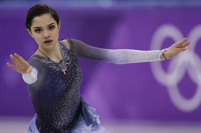 Nữ thần trượt băng Nga bị chỉ trích vì 'đi linh tinh' giữa mùa dịch ảnh 6