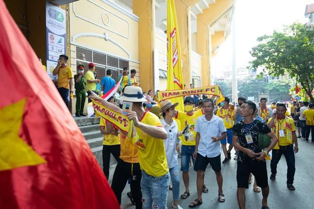 CĐV Nam Định hào hứng với trận đấu 'đông nhất thế giới' ảnh 3