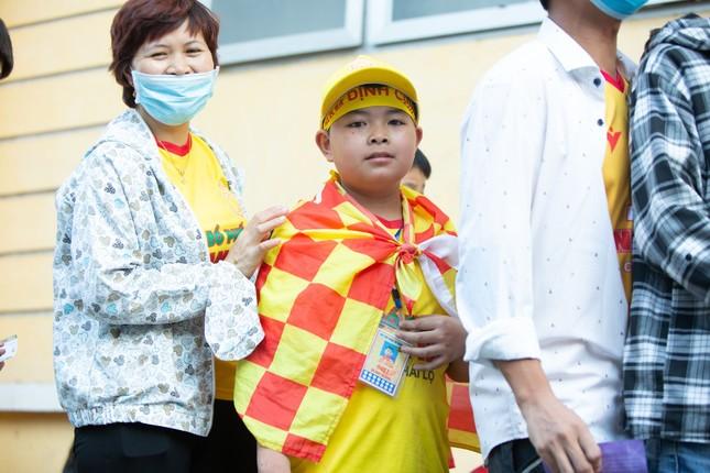 CĐV Nam Định hào hứng với trận đấu 'đông nhất thế giới' ảnh 8