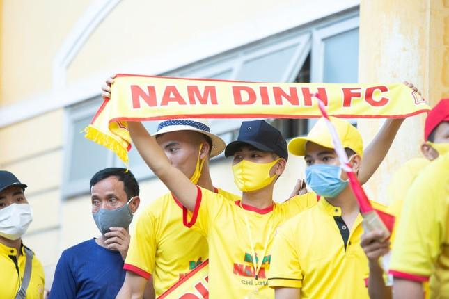 CĐV Nam Định hào hứng với trận đấu 'đông nhất thế giới' ảnh 9