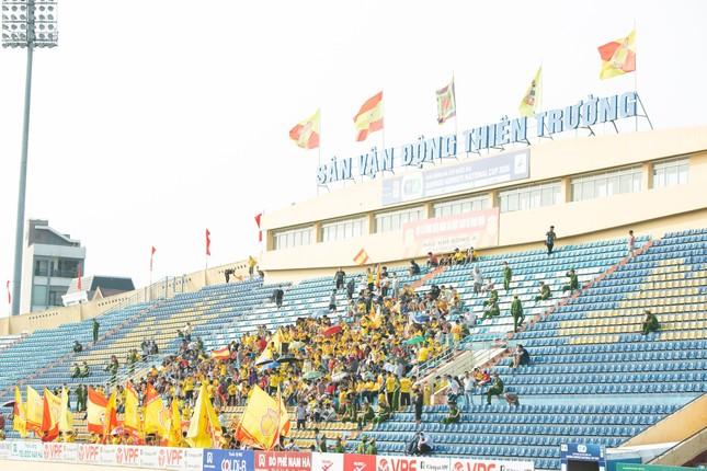 CĐV Nam Định hào hứng với trận đấu 'đông nhất thế giới' ảnh 10
