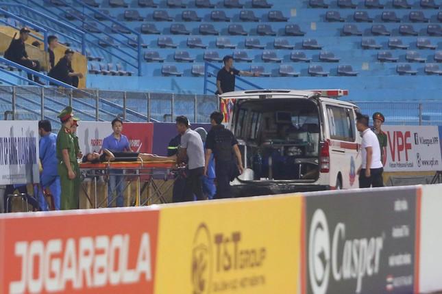 Nữ cổ động viên ngạt thở, phải cấp cứu khi xem Hà Nội FC đấu Sài Gòn ảnh 6