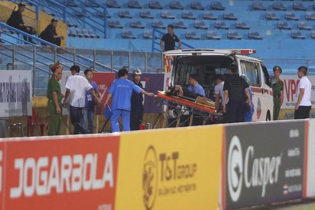 Nữ cổ động viên ngạt thở, phải cấp cứu khi xem Hà Nội FC đấu Sài Gòn ảnh 7