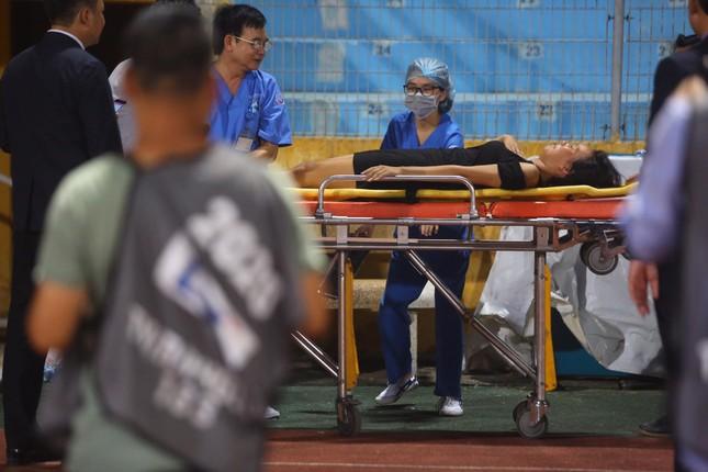 Nữ cổ động viên ngạt thở, phải cấp cứu khi xem Hà Nội FC đấu Sài Gòn ảnh 8