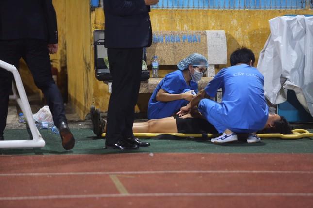 Nữ cổ động viên ngạt thở, phải cấp cứu khi xem Hà Nội FC đấu Sài Gòn ảnh 2