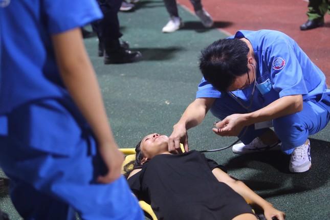 Nữ cổ động viên ngạt thở, phải cấp cứu khi xem Hà Nội FC đấu Sài Gòn ảnh 5