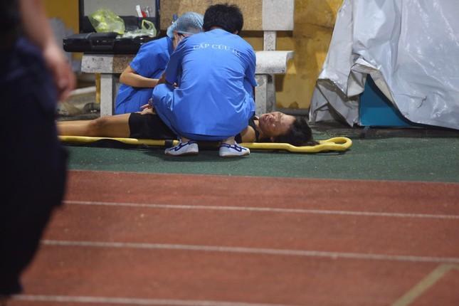 Nữ cổ động viên ngạt thở, phải cấp cứu khi xem Hà Nội FC đấu Sài Gòn ảnh 3
