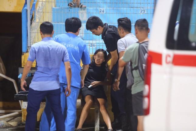 Nữ cổ động viên ngạt thở, phải cấp cứu khi xem Hà Nội FC đấu Sài Gòn ảnh 1
