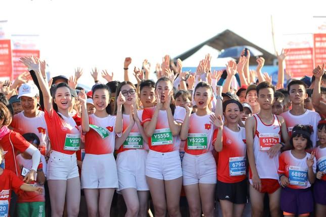 Hoa hậu Tiểu Vy và dàn người đẹp tiếp lửa cho Tiền Phong Marathon ảnh 12