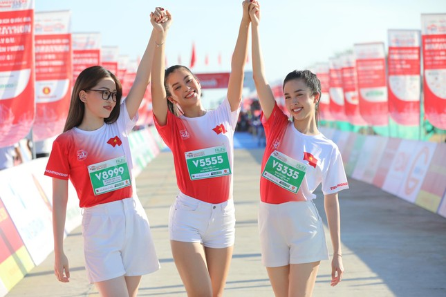 Hoa hậu Tiểu Vy và dàn người đẹp tiếp lửa cho Tiền Phong Marathon ảnh 14