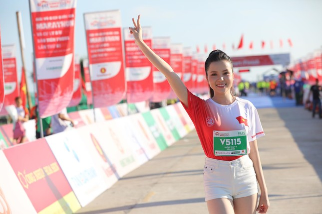 Hoa hậu Tiểu Vy và dàn người đẹp tiếp lửa cho Tiền Phong Marathon ảnh 10