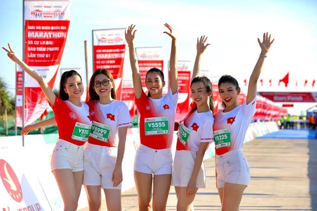 Hoa hậu Tiểu Vy và dàn người đẹp tiếp lửa cho Tiền Phong Marathon ảnh 11