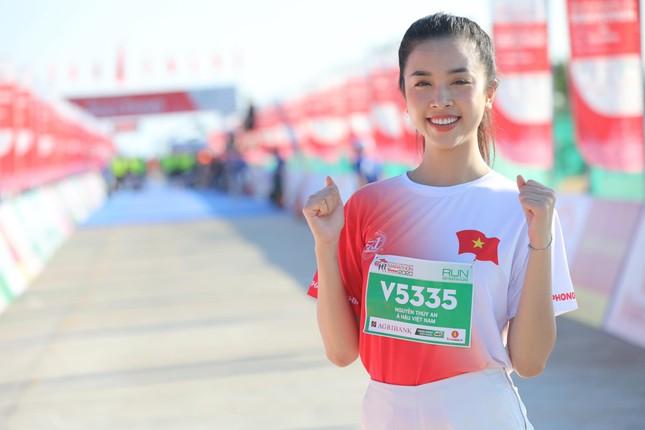 Hoa hậu Tiểu Vy và dàn người đẹp tiếp lửa cho Tiền Phong Marathon ảnh 13