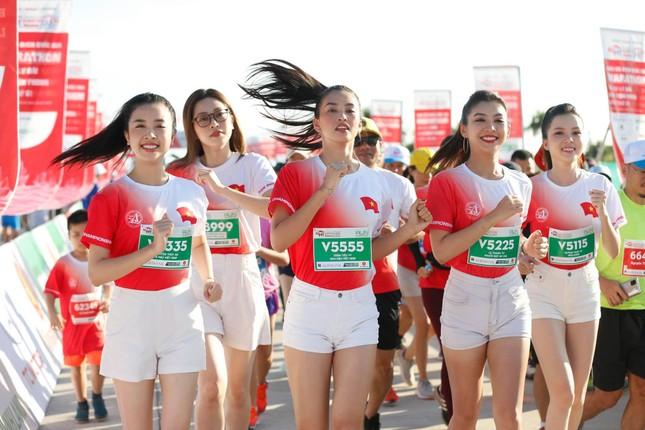 Hoa hậu Tiểu Vy và dàn người đẹp tiếp lửa cho Tiền Phong Marathon ảnh 3