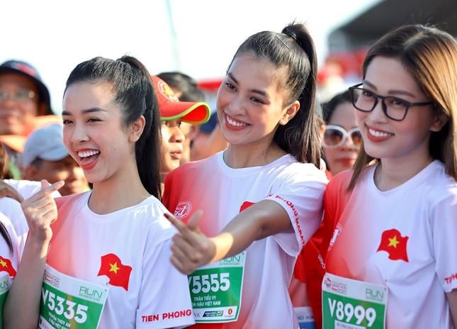 Hoa hậu Tiểu Vy và dàn người đẹp tiếp lửa cho Tiền Phong Marathon ảnh 7