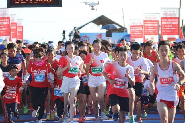 Hoa hậu Tiểu Vy và dàn người đẹp tiếp lửa cho Tiền Phong Marathon ảnh 1