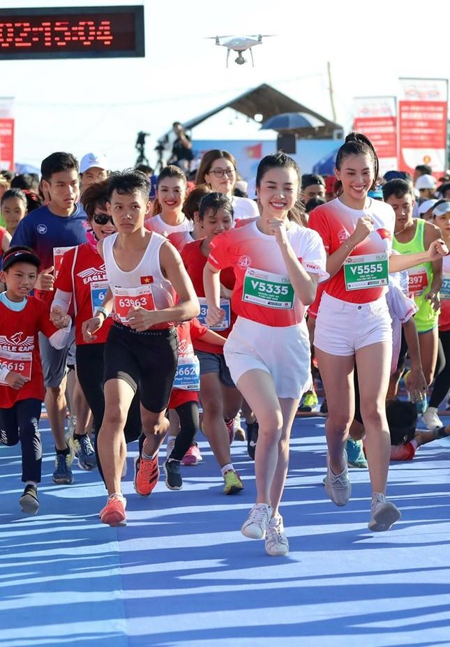 Hoa hậu Tiểu Vy và dàn người đẹp tiếp lửa cho Tiền Phong Marathon ảnh 5