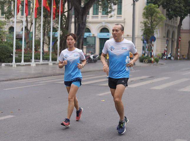 Runner Hà thành khổ luyện sớm tinh mơ cho Tiền Phong Marathon 2021 ảnh 9
