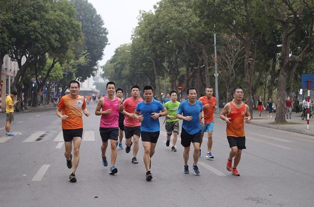 Runner Hà thành khổ luyện sớm tinh mơ cho Tiền Phong Marathon 2021 ảnh 10