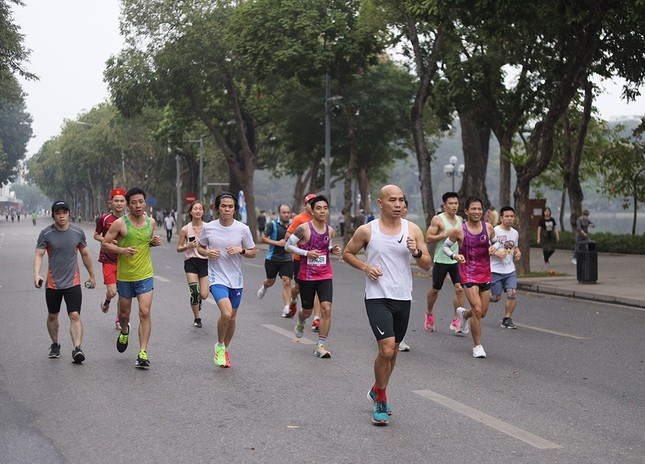 Runner Hà thành khổ luyện sớm tinh mơ cho Tiền Phong Marathon 2021 ảnh 11
